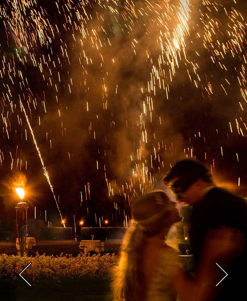 die Braut und der Bräutigam während eines Feuers im Park