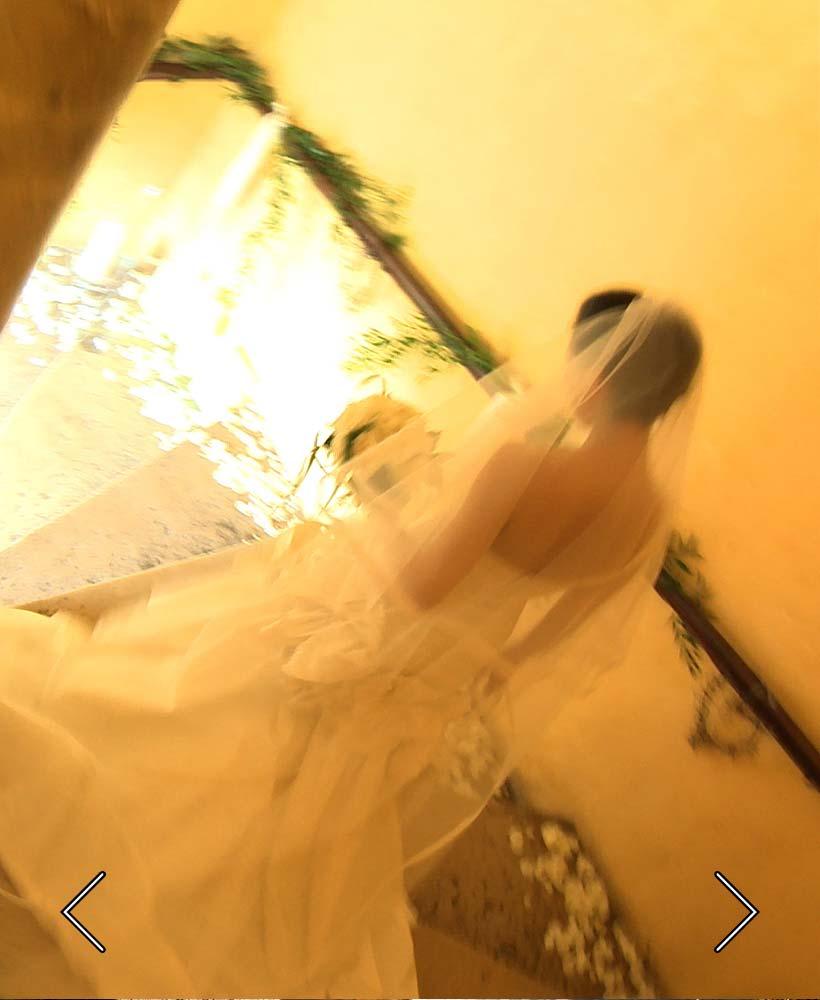 die Braut steigt die Haupttreppe des Schlosses ab