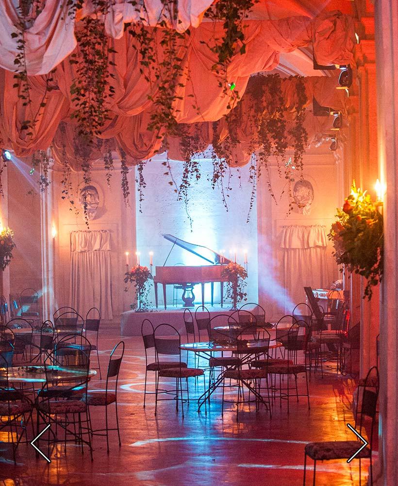 большая галерея в замке перед свадьбой