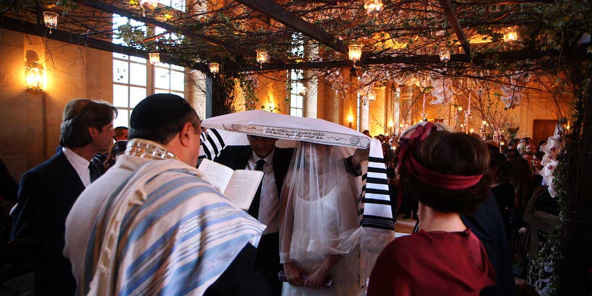 romantic jewish wedding vows in the large room of the chateau