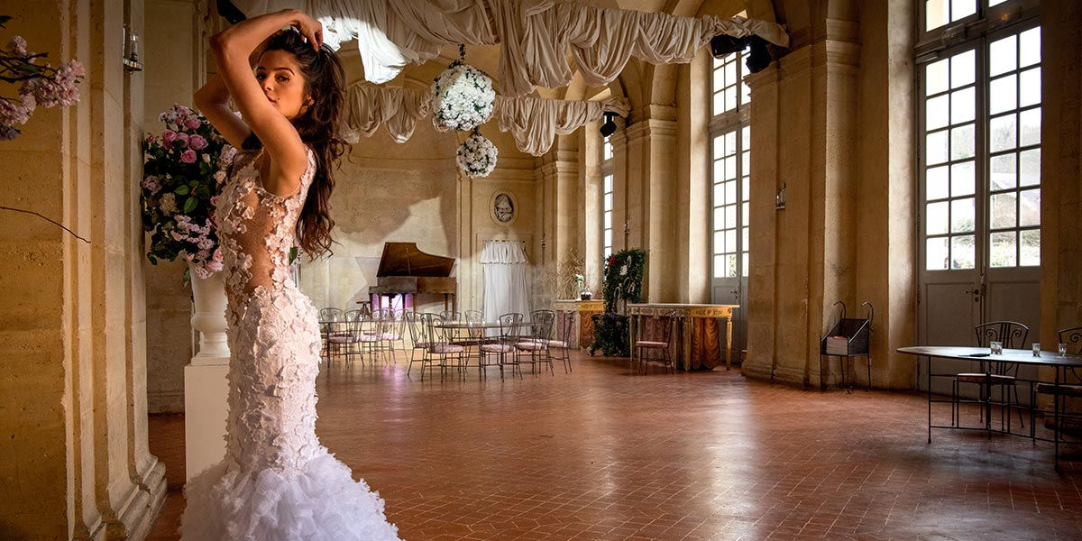 bride in a large room of the Château de Vallery