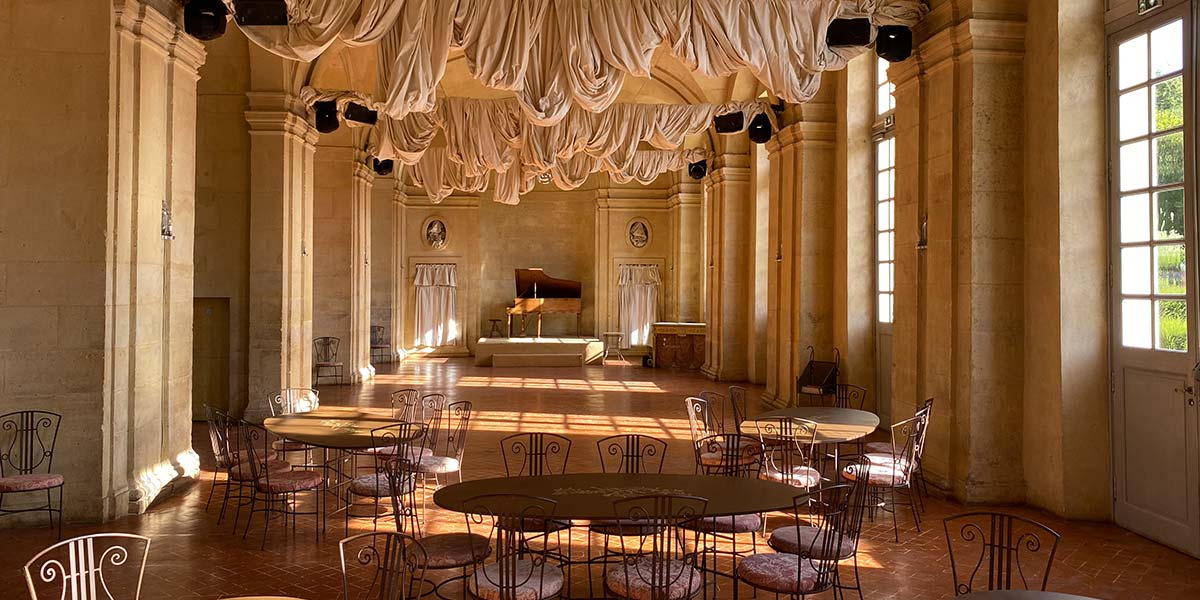 choose a chateau with a large hall