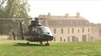 arrivée des mariés en hélicoptère dans le parc du château